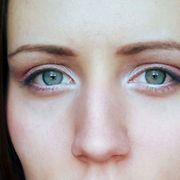 Vaaleanpunaisen eri sävyillä luotu kevyt ja naisellinen kevätmeikki. Kevyt ja utuinen tumma rajaus korostaa silmäripsiä tekemättä niistä luonnottoman näköiset. Kuva: Armi Rissanen Photographer: Kuva: Armi Rissanen.