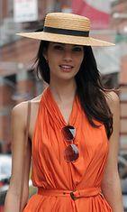 Uusi-Seelantilainen kaunotar Teresa Moore kantaa erikoisen hatun tyylillä.
