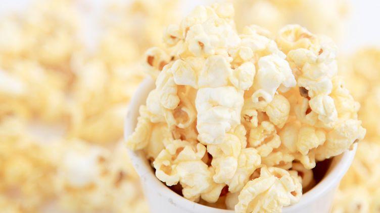 Huikea video paljastaa: Miten popcornit syntyvätkään?