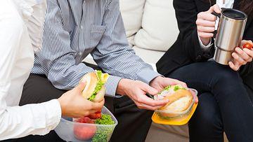 Työpaikalla nautituilla välipaloilla on yllättävän iso vaikutus ruokavalioosi.