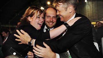 Keskustan varapuheenjohtajat, vasemmalta Annika Saarikko, Tuomo Puumala ja Timo Kaunisto iloitsevat varapuheenjohtajavaalien tulosta Keskustan puoluekokouksessa Lahdessa 12. kesäkuuta 2010. (LEHTIKUVA)