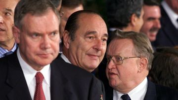 19991210 - HELSINKI - EUROPEAN COUNCIL: Finnish Prime Minister Paavo Lipponen (l) together with president Jacques Chirac of France and Martti Ahtisaari of Finland in a family photo session of the European Council Friday at the Fair Center in Helsinki.