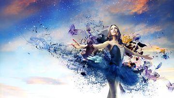 Nainen tanssii taivaalla