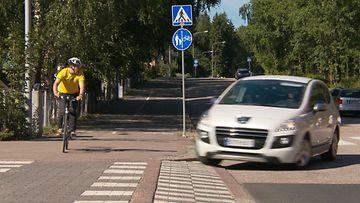 Auto ja pyörä lähestyvät samasta suunnasta