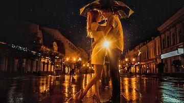Pariskunta sateessa