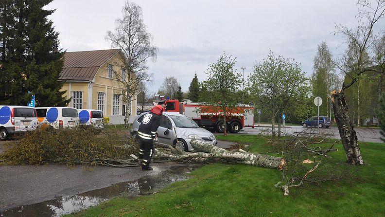 Ukkosmyrskyn auton päälle kaatama puu Kauhajoen keskustassa 19. toukokuuta 2014. Ukkosmyrskyn kaatama vanha koivupuu kaatui pikkuauton päälle painaen katon sisään, hajottaen tuulilasin ja aiheuttaen peltivaurioita. Nyt vahingot jäivät aineellisiksi, sillä viittä minuuttia aiemmin autossa istuivat jäätelöä syömässä äiti ja kaksi lasta.