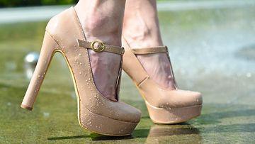 Nudet korkokengät tuovat jatkoa säärille saaden jalat näyttämään pidemmiltä.