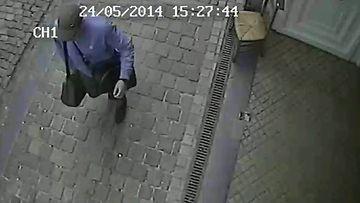 Turvakameran kuva Brysselin juutalaiseen museoon iskun tehneestä ampujasta 24.5.2014.