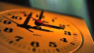 Kelloja käännetään jälleen taaksepäin lauantain ja sunnuntain välisenä yönä. Talviaikaan siirrytään aamuyöllä kello neljä, jolloin kellon viisarit siirretään tunnilla taaksepäin.