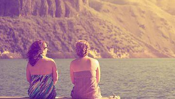 Kaksi naista laiturilla