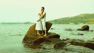 Pari syleilee rannalla