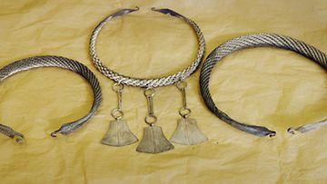 Inarista löydetyn esihistoriallisen ajan korukätkön aarteita esiteltiin Museovirastossa Helsingissä. Hopeakorut ajoittuvat alustavan arvion mukaan myöhäiseen rautakauteen 1000 - 1200 -luvuille ja niiden yhteispaino nousee hieman yli kiloon