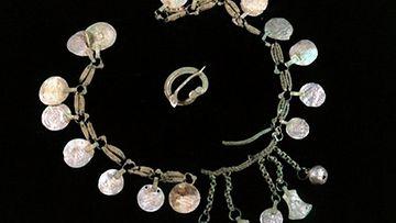 Hämeenkoskelta Etelä-Hämeestä löytynyt noin tuhat vuotta vanha hopea-aarre. Pätilän Kylmäkoskelta löytyi kevätkylvöjen yhteydessä todennäköisesti 1000-luvulla tehty hopeinen ketju, jossa on erittäin harvinaisia bysanttilaisia rahoja.