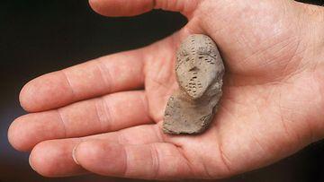 Savi-idoli, pienoisveistos. Vantaan Jokiniemen arkeologiset kaivaukset.