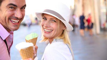 Pariskunta jäätelöllä