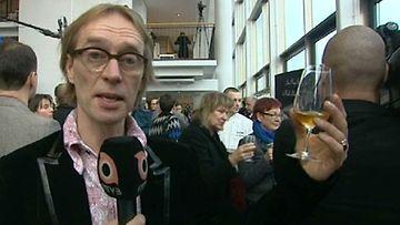 Mika Tommola juo maailman vanhinta samppanjaa