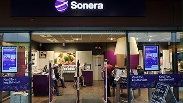 Matkapuhelinoperaattori Soneran myymälä kauppakeskus Revontulessa Rovaniemellä 15. kesäkuuta 2011.