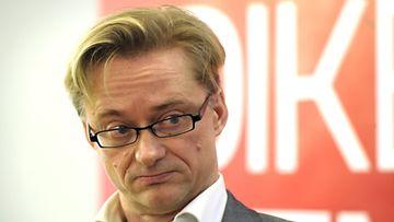 SDP:n puoluesihteerin Mikael Jungner kertoo jättävänsä tehtävänsä kesäkuussa. Syynä on SDP:n Paavo Lipposen heikko menestys presidentinvaaleissa. Kuva: Lehtikuva.