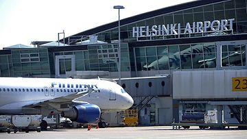 Finnairin matkustajakone terminaalilla Helsinki-Vantaan lentokentällä, 23. toukokuuta 2012.