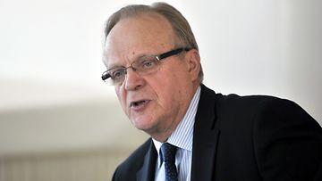 Työministeri Lauri Ihalainen Nuoret ja työelämä - kaksi eri maailmaa -raportin julkistamistilaisuudessa Helsingissä maanantaina 26.maaliskuuta 2012.