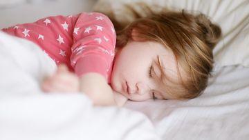 Tyttö nukkumassa