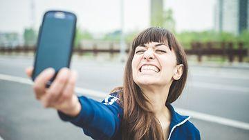 Nainen ottaa selfien