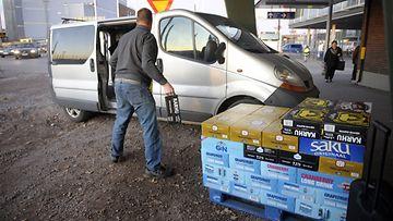 Virosta tuotua alkoholia lastataan autoihin länsisatamassa Helsingissä lauantaina 29. lokakuuta 2011.