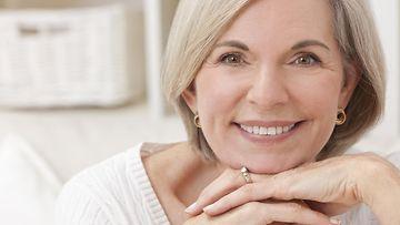keski-ikäinen nainen kaunis hymy
