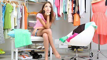 vaatteiden valinta nuori nainen