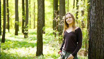 Nainen metsässä kesällä
