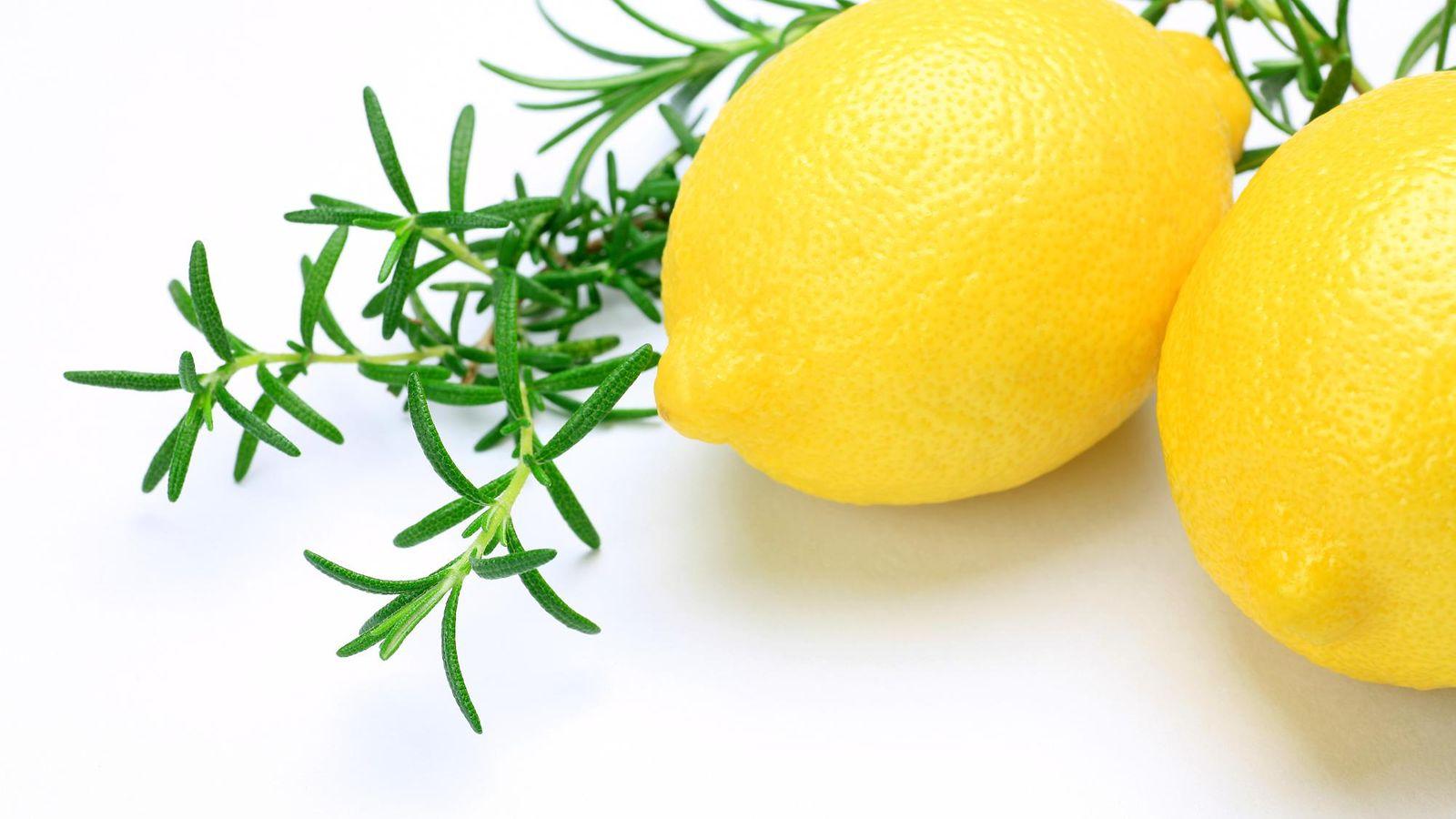 Sitruunaa ja rosmariinia – itse tehdyllä puhdistusaineella siivoat koko keitt