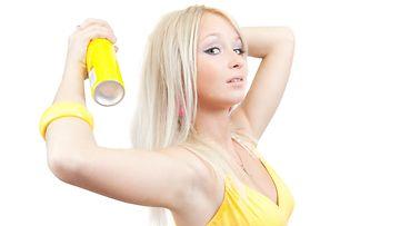 Kuivashampoota suihkutetaan hiusten tyveen.