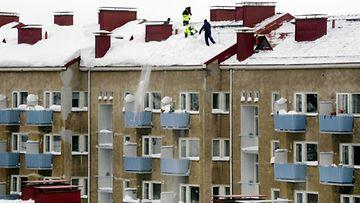 Kiinteistönomistajien on syytä tarkkailla lumikerrosta katoilla.