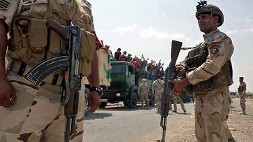 Irakin armeijan rekat kuljettavat vapaaehtoisia taistelijoita Muthannan tukikohtaan Bagdadiin 13.6.2014.