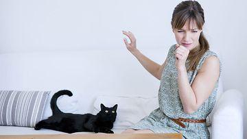 Naisella on kissa-allergia
