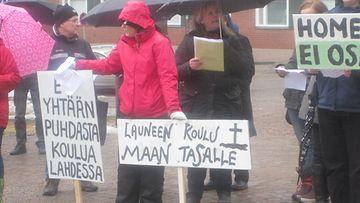 Lahdessa Launeen koulun oppilaiden vanhemmat järjestivät mielenilmauksen Lahden kaupungintalolla 15.4.2013.
