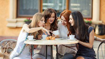 Naisporukka kahvilassa