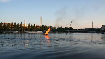 Juhannuskokko palaa järvellä