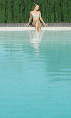 Nainen istuu uima-altaalla