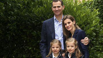 Felipe, Letizia ja tyttäret Leonor ja Sofia.