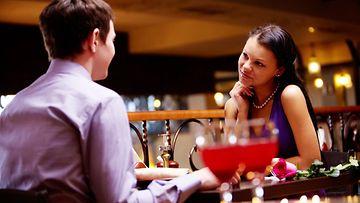 Mies ja nainen ravintolassa