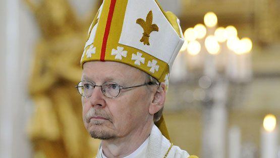 Arkkipiispa Kari Mäkinen Hesingin uuden piispan Irja Askolan piispanvihkimystilaisuudessa Helsingin Tuomiokirkossa 12. syyskuuta 2010. (Lehtikuva)