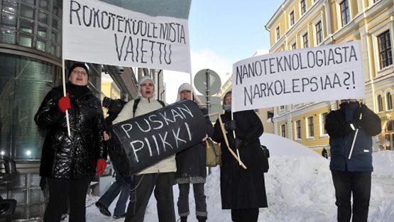Narkolepsiaan sairastuneiden lasten vanhempien sekä sosiaali- ja terveysministeriön virkamiesten tapaaminen pidettiin STM:n tiloissa Helsingissä maanantaina 13. joulukuuta 2010. Mielenosoittajat tervehtivät tapaamiseen tulijoita STM:n ulkopuolella Meritullinkadulla maanantaina.