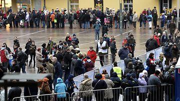 Tuottajahinnoilla myydyt elintarvikkeet saivat Helsingin Narinkkatorille satojen metrien jonot keskiviikkkona 14. marraskuuta 2012.