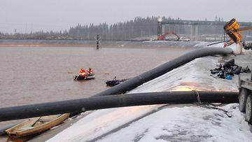 Vuotokohtaa etsitään viistokaikuluotaimella kipsisakka-altaan 1-lohkon alueelta. Lisäksi käytössä on ollut vedenalaisia kameroita, sukellusrobotti ja virtausmittari.
