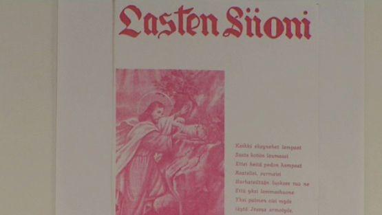Lasten hyväksikäyttötapausten määrää selvitettiin tänään Oulussa tämän seinällä olevan julisteen alla.