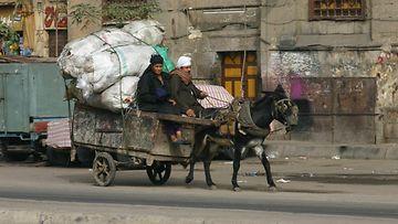 Jätteenkerääjäpariskunta Kairon kaduilla.