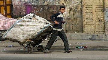 Jätteitä keräävä poika Kairon kaduilla.
