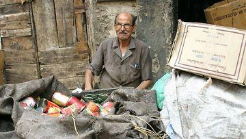 Mies Mokattamin jätteenkerääjien kylässä.