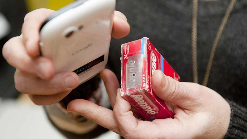 NFC-etätunnistusteknologiaan perustuvia sovelluksia tiedotustilaisuudessa 18. tammikuuta 2012. Kännykällä kosketetaan paketissa olevaa nfc-tarraa, jolloin tuotteen tiedot kuuluvat puhelimen kaiuttimesta.